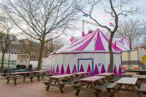 Magic Circus in Rotterdam. De Magic Dome circustent op het Deliplein te Katendrecht.